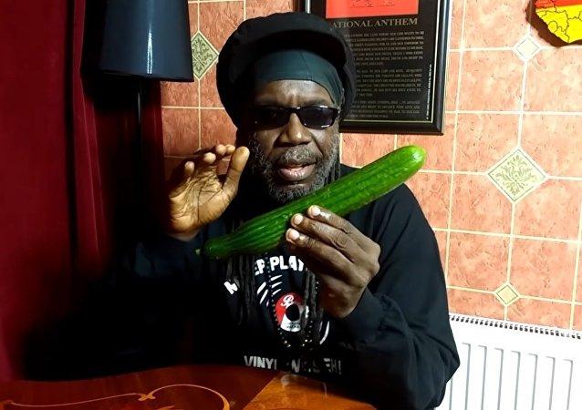 Un artiste jamaïquain chante les bienfaits du concombre dans une vidéo virale (vidéo)