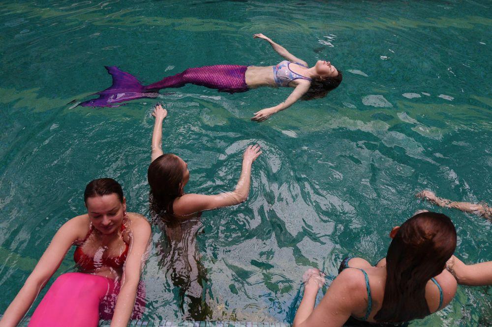 La championne du monde et d'Europe de nage avec monopalme Ekaterina Brezgina est la première entraîneuse de l'école des sirènes de Moscou. Elle apprend aux sirènes à se sentir comme un poisson dans l'eau.