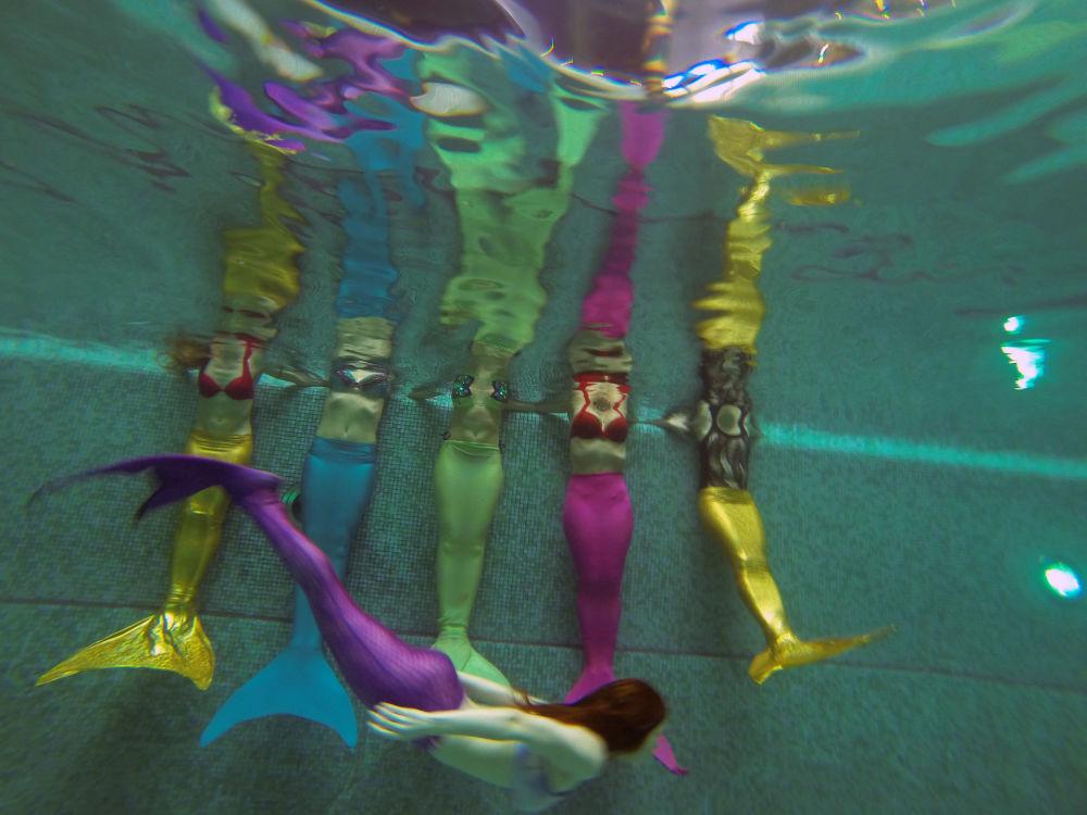 Des jeunes filles lors d'un cours à l'école des sirènes de Moscou.