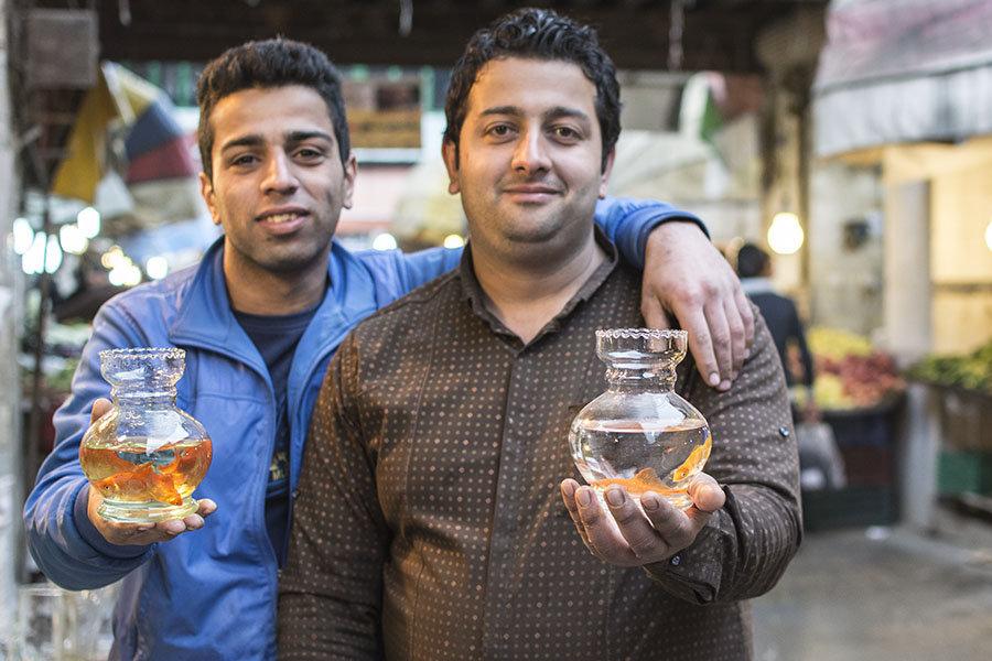 Les poissons rouges d'aquarium sont un important élément de décoration de la table de fête.