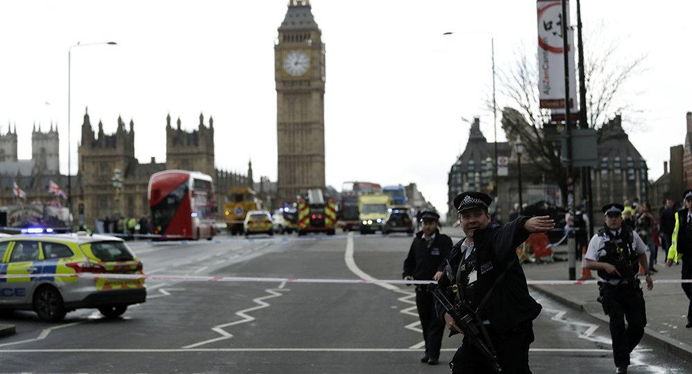 La police boucle le pont de Westminster après l'attaque du 22 mars 2017