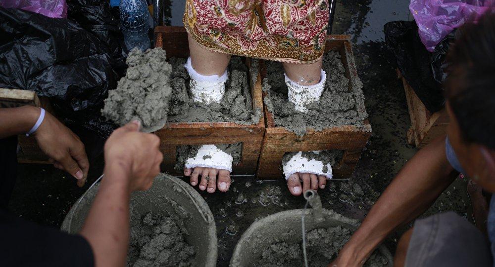 Des agriculteurs indonésiens «s'auto-bétonnent» pour protester contre une usine de ciment (photos)