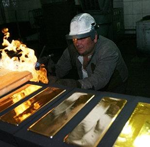 Des lingots d'or de 24 carats sont coulés dans la fonderie de la raffinerie d'or de la ville de Novossibirsk