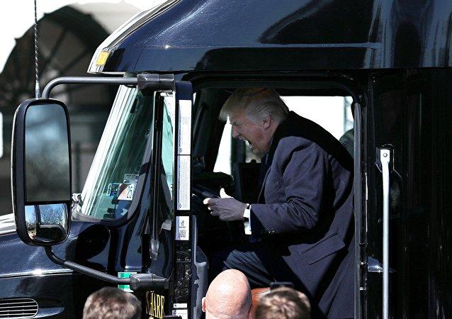 Réaction excessive du Président US au volant d'un camion, les internautes réagissent