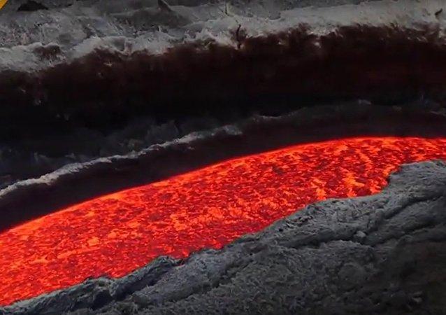 L'Etna continue de cracher de la lave