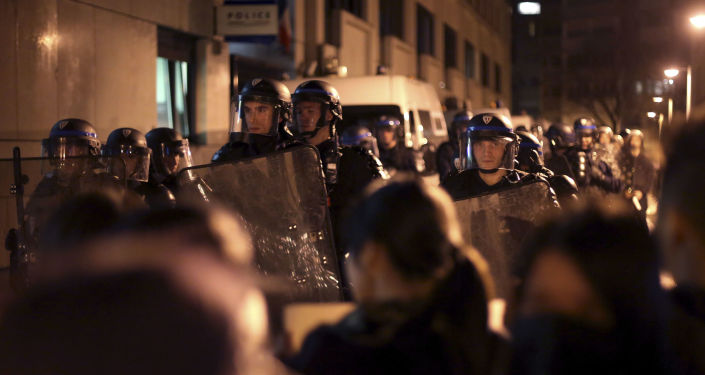 «Fabrique d'opinion»: comment la presse mainstream couvre les manifs à Paris et à Moscou