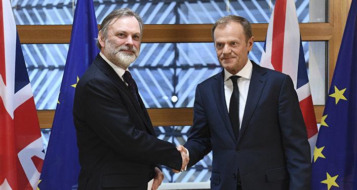 Le représentant permanent britannique auprès de l'Union européenne, Tim Barrow, remet la lettre du Brexit signée par la Première ministre britannique Theresa May au président du Conseil de l'UE, Donald Tusk, à Bruxelles, Belgique le 29 mars 2017