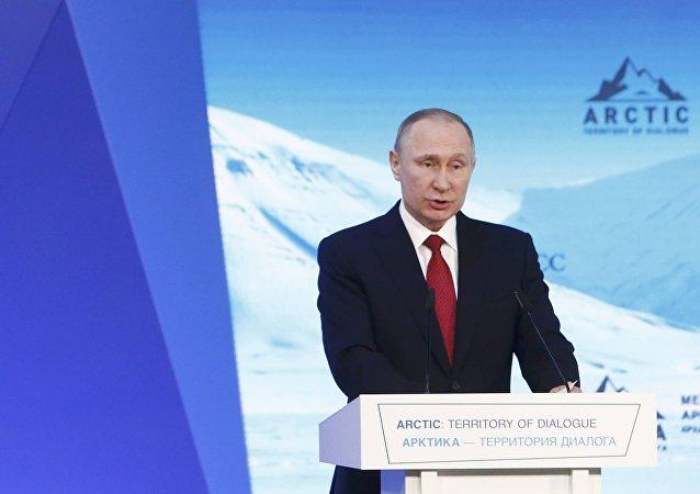 Le président russe Vladimir Poutine prononce un discours lors d'une session du Forum arctique international à Arkhangelsk, en Russie, le 30 mars 2017.