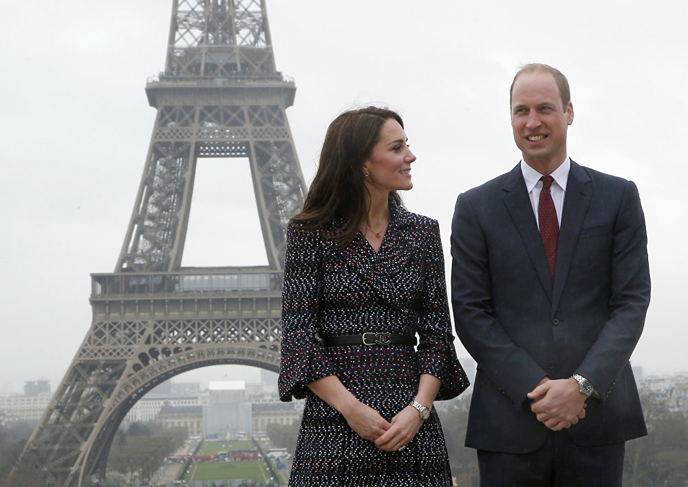 Le prince William, duc de Cambridge (à droite), et son épouse Kate, duchesse de Cambridge (à gauche), posent devant la Tour Eiffel le 18 mars 2017.