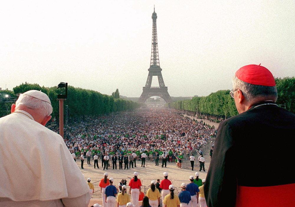 Le Pape Jean-Paul II (à gauche) et le cardinal français Jean-Marie Lustiger prient devant 400 000 personnes réunies sur le Champ de Mars à Paris dans le cadre des Journées mondiales de la jeunesse le 21 août 1997.