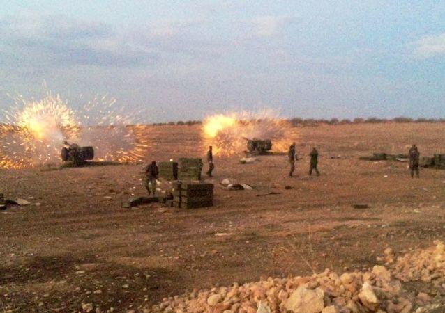 L'artilleri syriennes au nord de la province syrienne de Hama