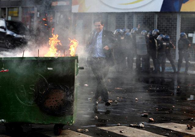 Vote à huis clos au Paraguay: des heurts avec la police font un mort et 28 blessés