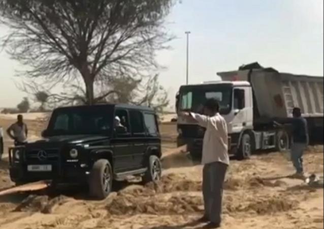 le prince héritier de Dubaï remorque un «camion» d'un piège de sable