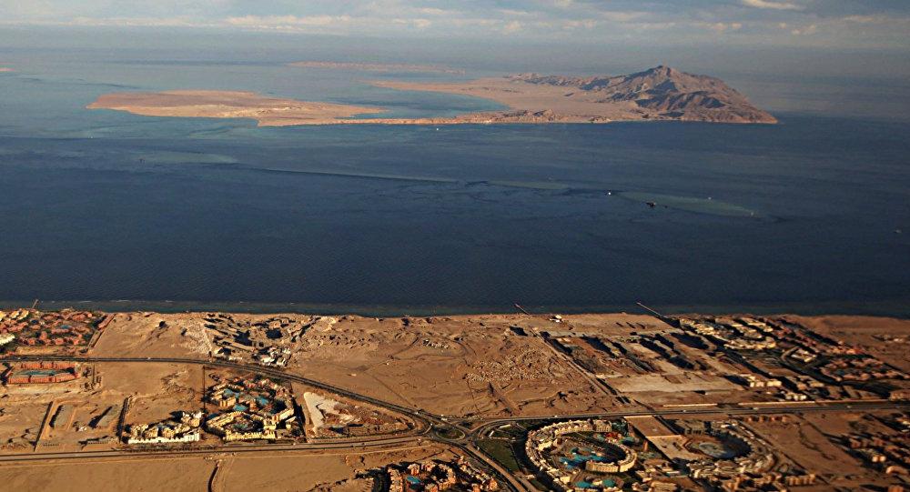 Les îles de Tiran (au premier plan) et de Sanafir