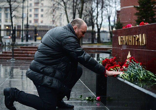 Les Moscovites déposent des fleurs au mémorial de la ville-héros Léningrad en mémoire des victimes de l'explosion à St-Pétersbourg