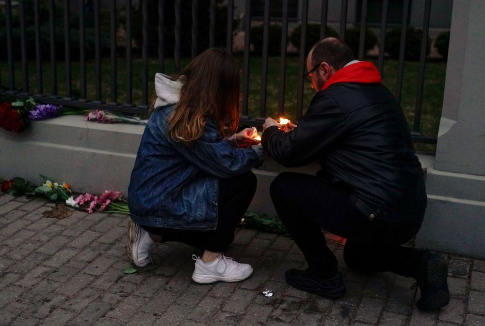 Des gens allument des bougies devant l'ambassade de Russie à Riga en mémoire des victimes de l'explosion du métro de Saint-Pétersbourg