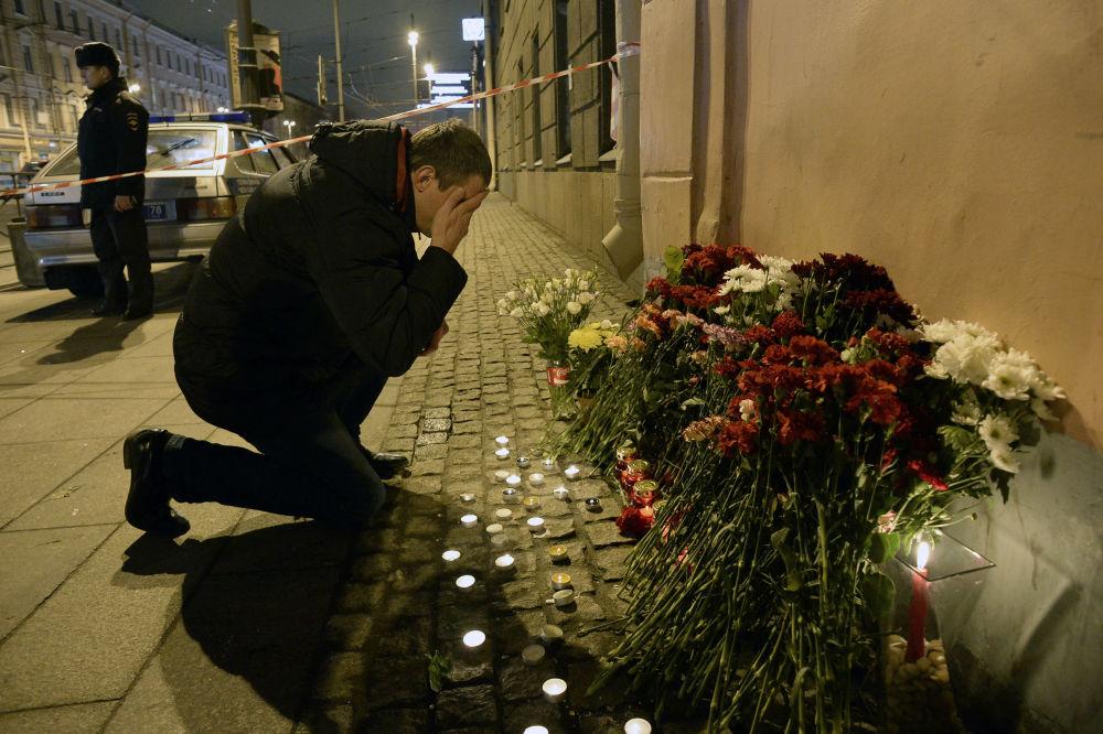 Des fleurs devant la station de métro Tekhnologuitcheski Institout à Saint-Pétersbourg