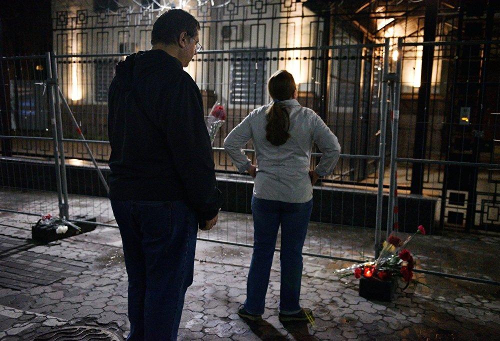 Des habitants de Kiev déposent des fleurs à l'ambassade de Russie en mémoire des morts suite à l'explosion dans le métro de Saint-Pétersbourg