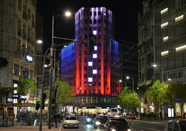 Le Palais Albanija de Belgrade illuminé aux couleurs de la Russie