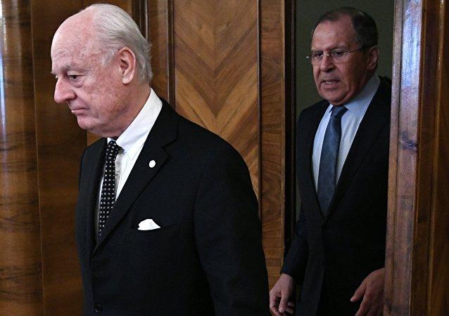 Le ministre russe des Affaires étrangères Sergueï Lavrov rencontre l'envoyé spécial chargé de la recherche d'une résolution pacifique au conflit en Syrie, Staffan de Mistura.