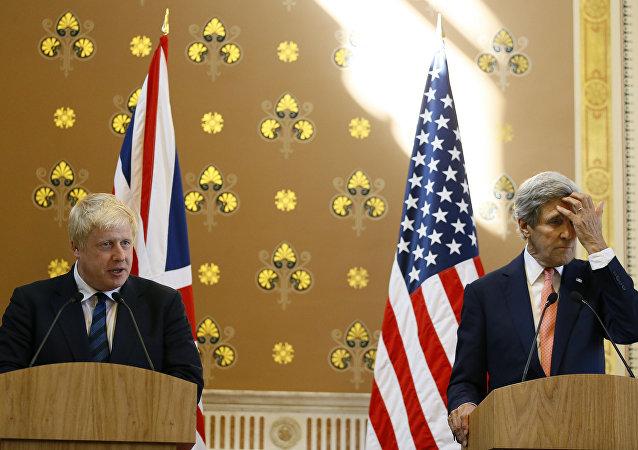 Le ministre britannique des Affaires étrangères Boris Johnson parle lors d'une conférence de presse avec l'ancien secrétaire d'État américain John Kerry