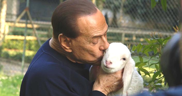 Silvio Berlusconi et un agneau