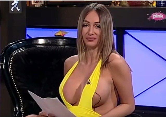 Présentatrice à la TV bosnienne le jour, prostituée la nuit, elle est virée
