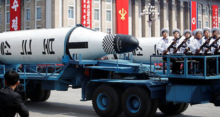 Des équipements militaires démontrés au cours du défilé en Corée du Nord