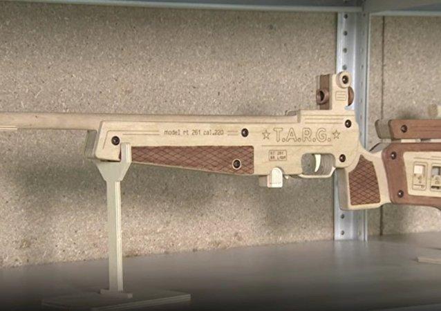 Une exposition de répliques en bois d'armes à feu