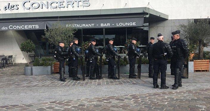 Les forces de l'ordre bloquent l'accès d'une rue aux manifestants anti-FN