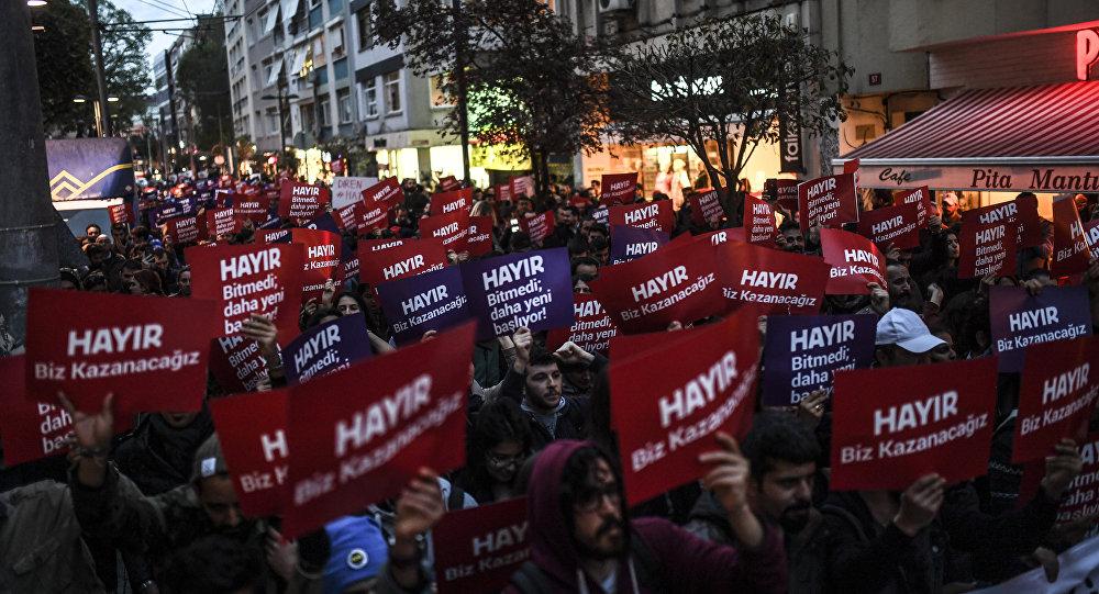 Des milliers de soutiens du «non» sont descendus dans les rues à Istanbul pour contester le résultat du référendum