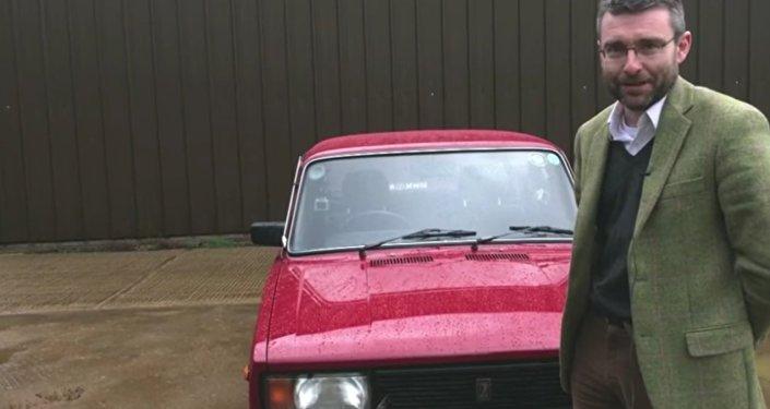 Passionné de voitures soviétiques, un prof britannique en fait une collection