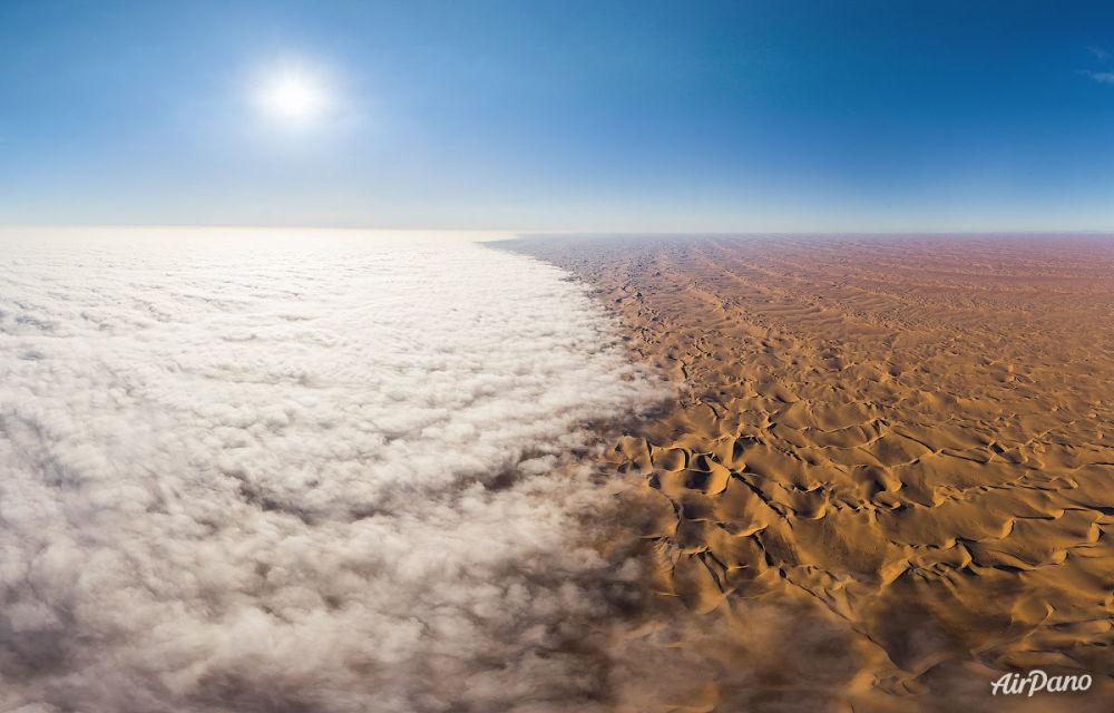 Le brouillard au-dessus du désert du Namib, dans le sud-ouest de l'Afrique