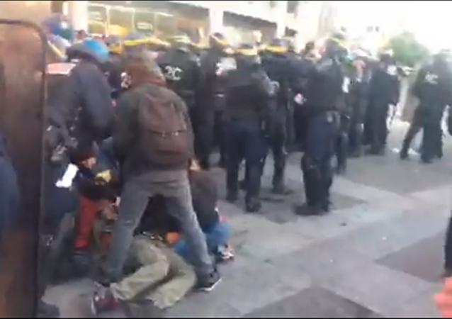 Une manifestante blessée lors d'une manif sur la place de la Bastille