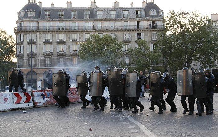 la police tente de repousser les manifestants du centre de paris. Black Bedroom Furniture Sets. Home Design Ideas