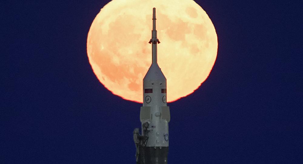 Un Soyouz sur fond de la super Lune