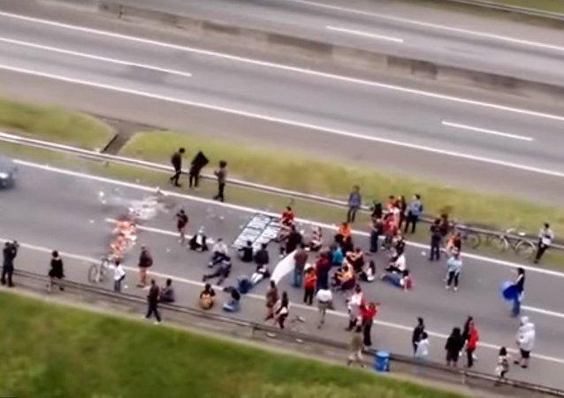 Une voiture fonce sur les manifestants au Brésil