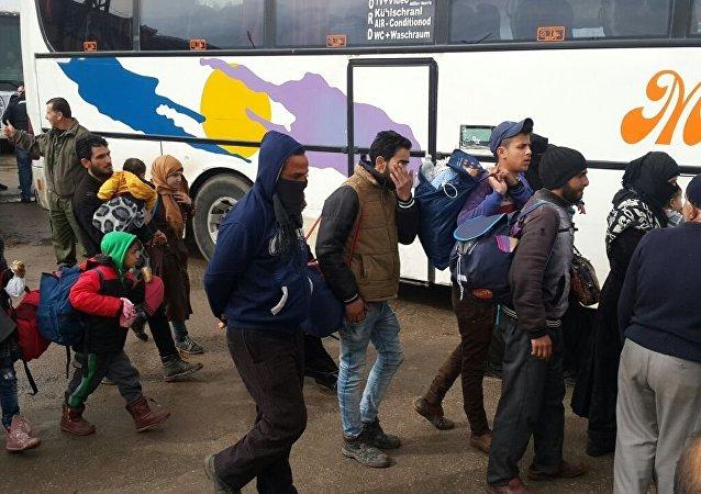 Évacuation d'hommes armés et de membres de leurs familles de Homs. Archives