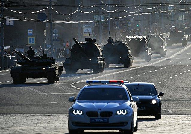 Une armée de blindés dans le centre de Moscou