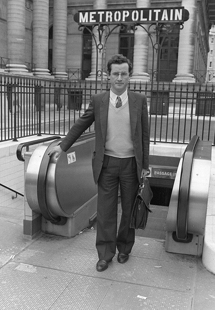François Hollande, auditeur à la Cour des comptes, à la sortie du métro le 26 mai 1981 place de la Bourse à Paris.