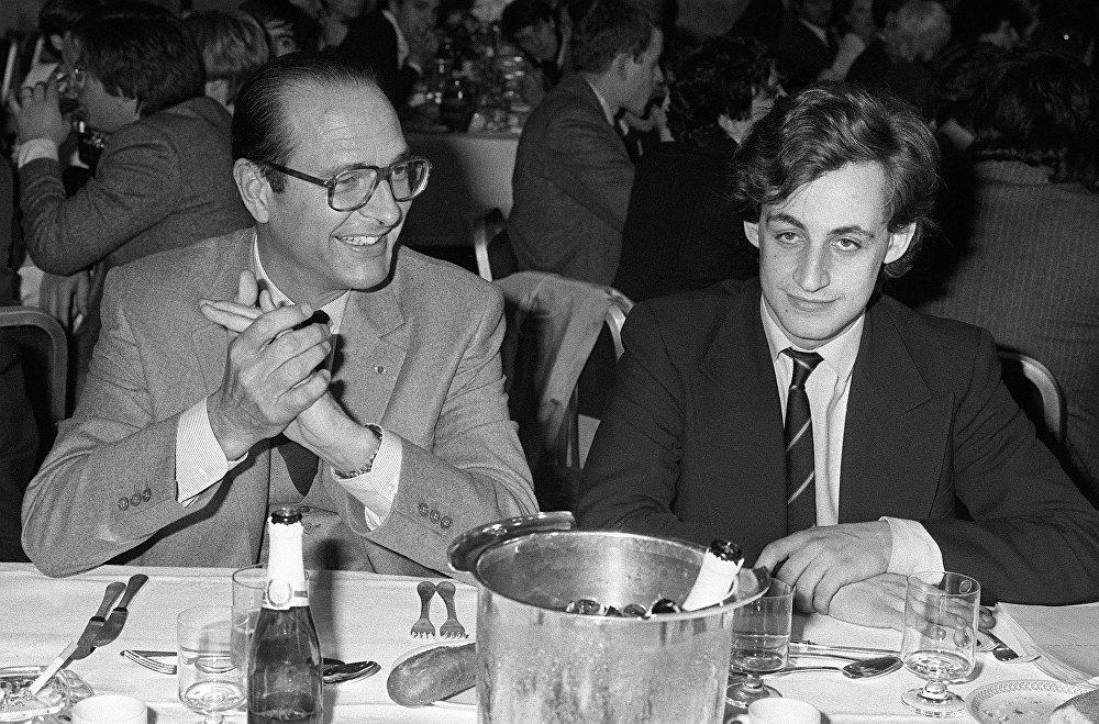 Nicolas Sarkozy à côté du maire de Paris et président du RPR Jacques Chirac lors d'un dîner le 24 mars 1981 à Paris.