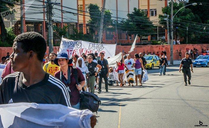 Les résidents du Complexo do Alemao manifestent pour demander la paix après cinq jours de combats intenses