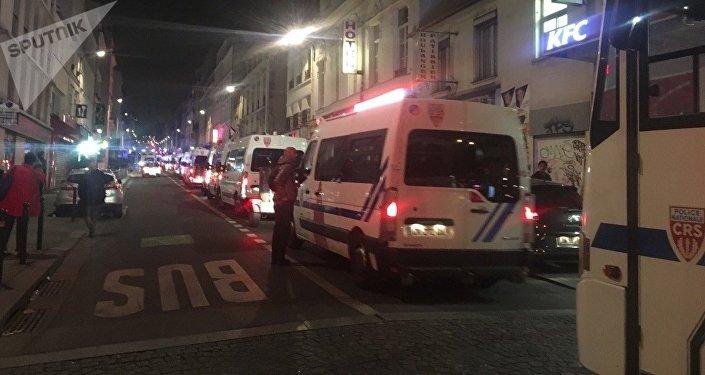 Des véhicules de CRS quadrillent le quartier