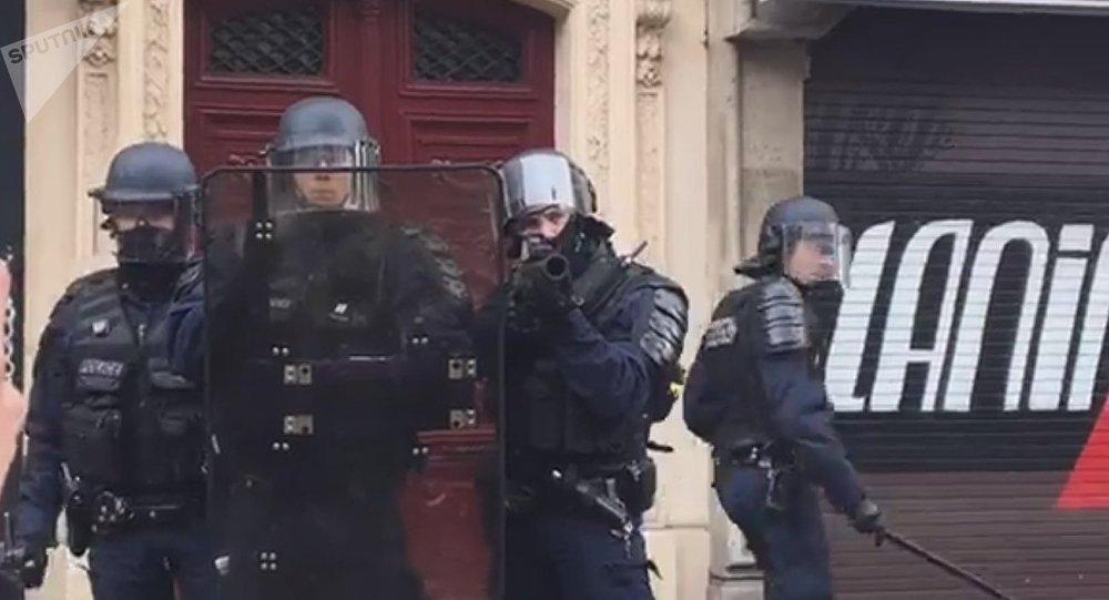 Violents accrochages à Paris: la police passe à tabac des manifestants et des journalistes