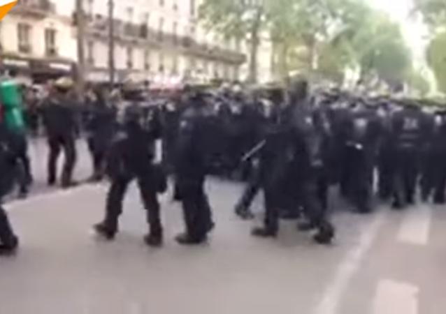 Manif à Paris: violents clashs et correspondante de Sputnik agressée par la police