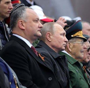 Igor Dodon (premier à gauche) participe au Défilé de la Victoire à Moscou