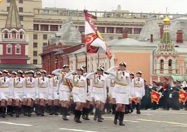 Les soldates russes défilent pour la Victoire