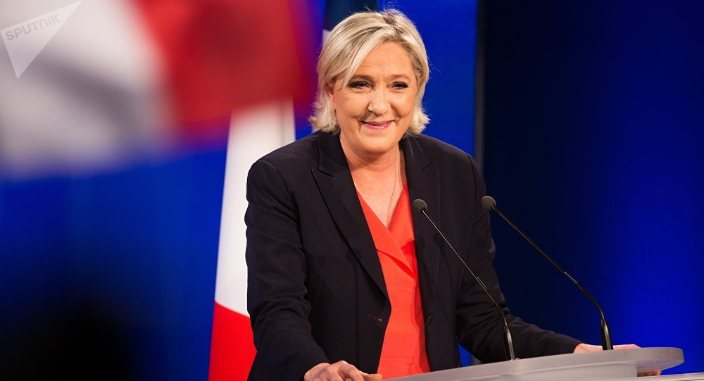 Лидер политической партии Франции Национальный фронт, кандидат в президенты Франции Марин Ле Пен на вечернем мероприятии по итогам голосования во время второго тура президентских выборов во Франции.