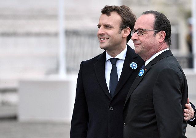 Hollande commet un «crime de lèse-majesté» en présence d'Emmanuel Macron