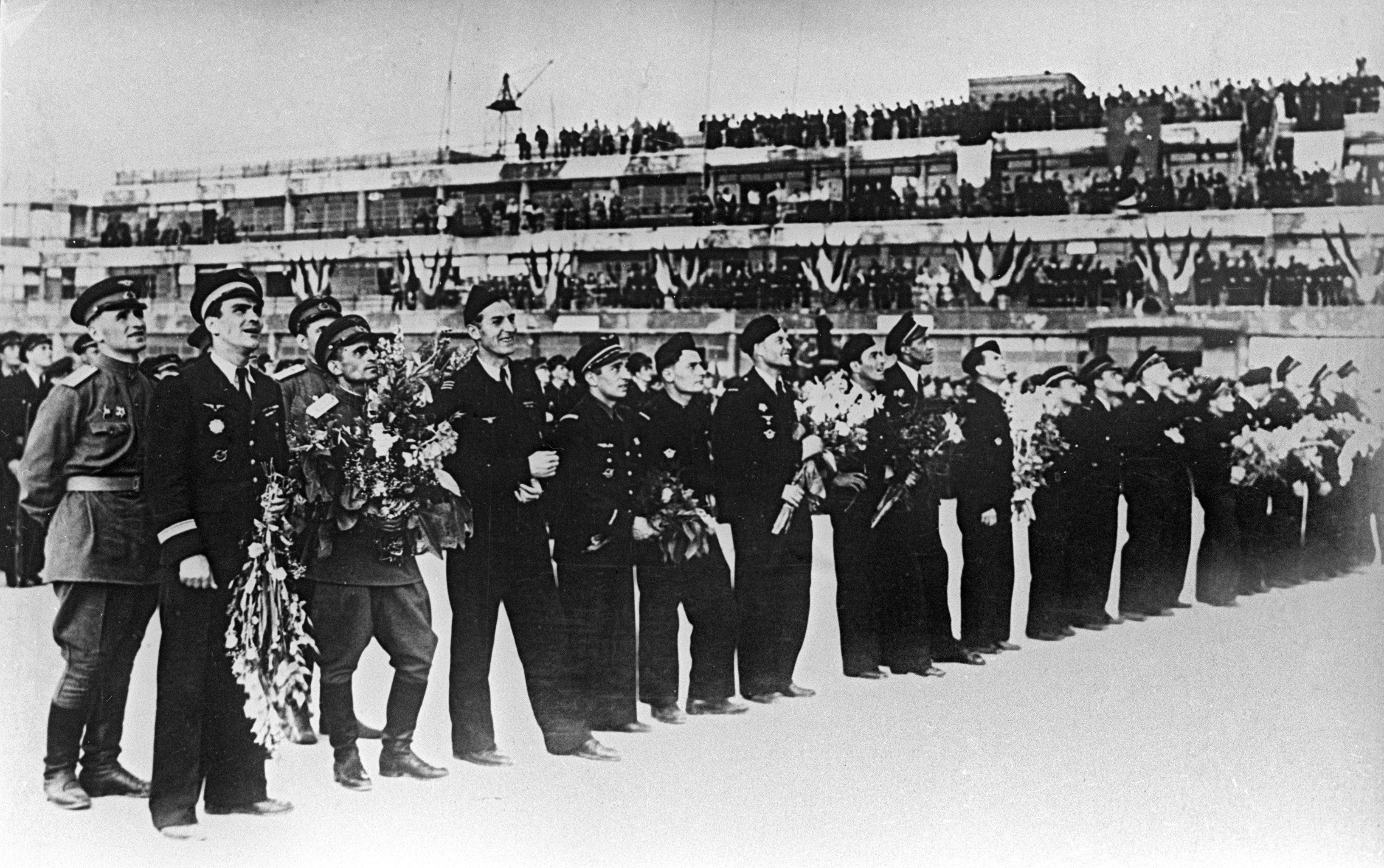 Pilotes du régiment Normandie-Niemen à l'aérodrome de Bourget